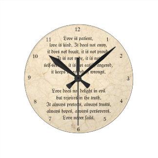 Horloge Ronde L'amour n'échoue jamais le cru chrétien marbré