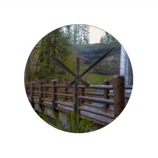 Horloge Ronde Le pont en bois à l'argent tombe parc d'état