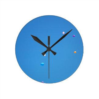 Horloge Ronde Les ballons colorés ont déchargé dans un ciel bleu