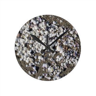 Horloge Ronde Les coquillages l'été de sable échouent la vue