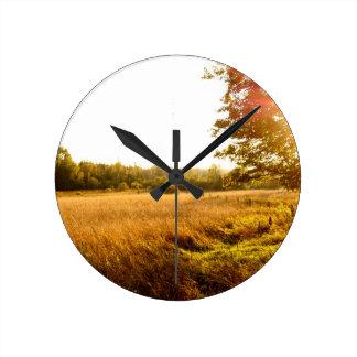 Horloge Ronde Lever de soleil de matin de fin d'été sur l'île de