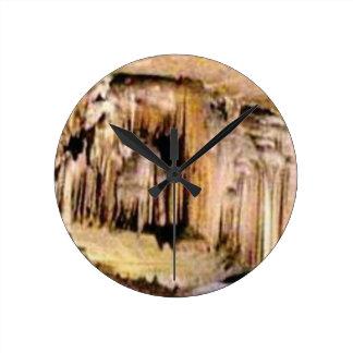 Horloge Ronde lignes verticales dans les roches