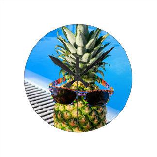 Horloge Ronde Lunettes de soleil de port d'ananas à la piscine