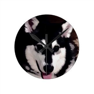 Horloge Ronde Malamute d'Alaska de sourire noir et blanc