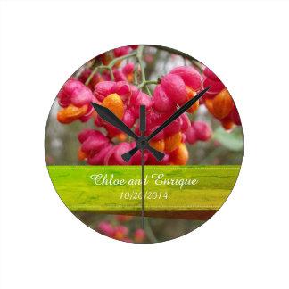 Horloge Ronde Mariage personnalisé par fleurs roses de fruit