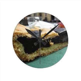 Horloge Ronde Morceau de gâteau de chocolat sur la serviette de