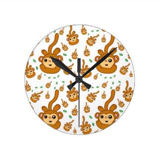 Horloge Ronde Motif heureux de sourire de singe vert de