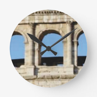 Horloge Ronde mur de trois voûtes