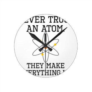 Horloge Ronde Ne faites jamais confiance à un atome - la Science
