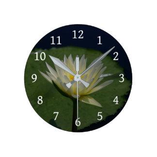 Horloge Ronde Nénuphar de Lotus blanc