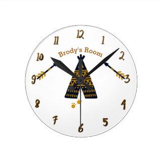 Horloge Ronde Nom personnalisé rustique de Boho de tepee de bleu