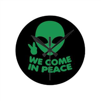 Horloge Ronde Nous venons dans l'alien de paix