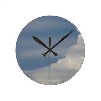 Horloge Ronde Nuages blancs mous sur le fond de ciel bleu