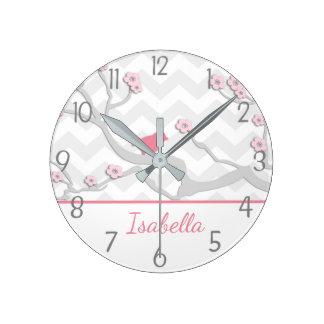 Horloge Ronde Oiseau gris rose sur l'horloge murale de branche