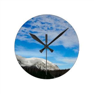 Horloge Ronde Paysage blanc de ciel bleu de montagne