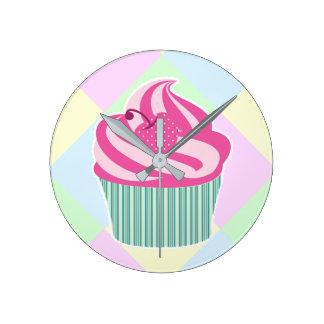 Horloge Ronde Petit gâteau rose mignon et couleurs en pastel