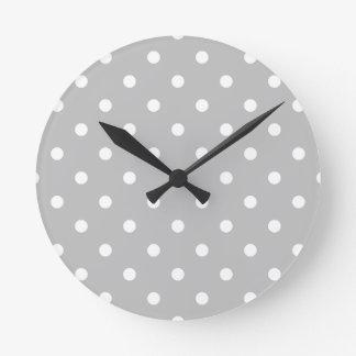 Horloge Ronde Petit pois - blanc sur gris-clair