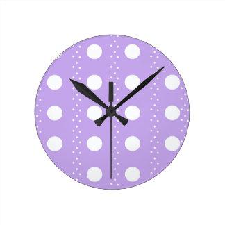 Horloge Ronde Point de polka blanc sur le pourpre