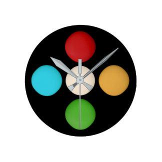 Horloge Ronde Points vert-bleu jaunes rouges à la mode élégants