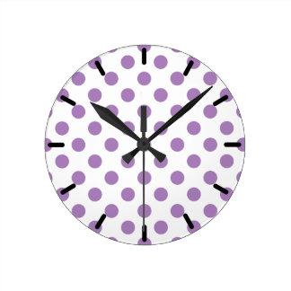 Horloge Ronde Pois de lavande sur le blanc