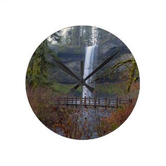 Horloge Ronde Pont en bois sur le sentier de randonnée aux