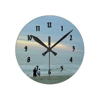 Horloge Ronde Promenade romantique le long de la plage