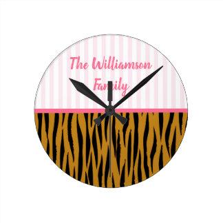 Horloge Ronde Rayures roses et Tigerprint d'amusement
