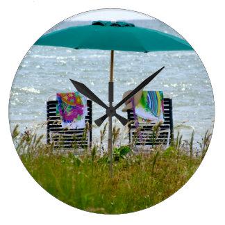 Horloge ronde sans des nombres.  Scène de plage