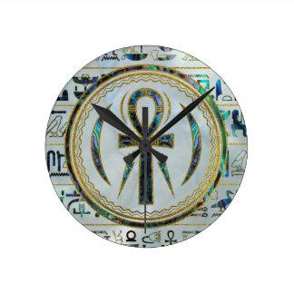 Horloge Ronde Symbole croisé d'Ankh d'Egyptien de Shell d'ormeau