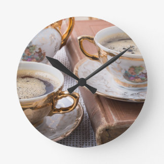 Horloge Ronde Tasses de café antiques de porcelaine avec le café