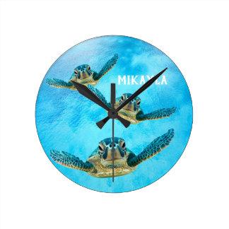 Horloge Ronde Trois tortues de mer de bébé nageant