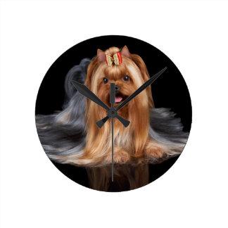 Horloge Ronde Yorkshire Terrier sur le noir