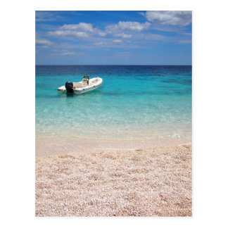 Hors-bord en mer bleue carte postale