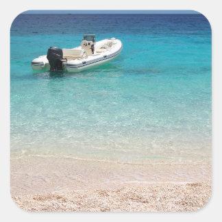 Hors-bord en mer bleue sticker carré
