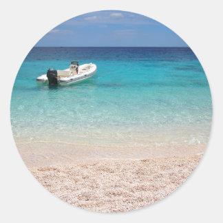Hors-bord en mer bleue sticker rond