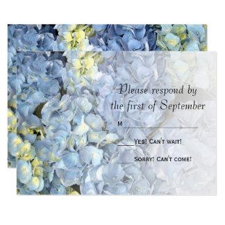 Hortensia bleu épousant la carte de réponse de