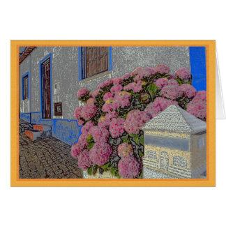 Hortensias et géraniums sur la rue de pavé rond carte de vœux