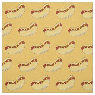 Hot-dog avec de la moutarde sur le tissu