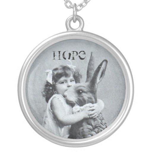 Houblon antique de lapin de fille de carte postale bijouterie