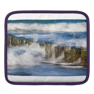 Housse iPad Les vagues et les brise-lames sur la mer baltique