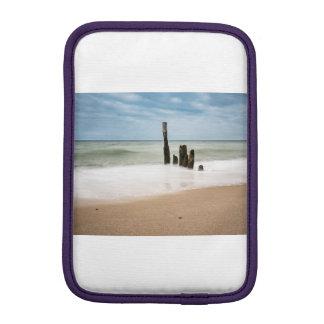 Housse iPad Mini Brise-lames sur le rivage de la mer baltique