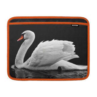 Housse Macbook Air Belle natation blanche de cygne sur l'eau immobile