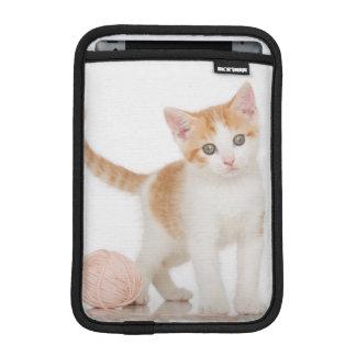 Housse Pour iPad Mini Chaton à côté de boule de ficelle