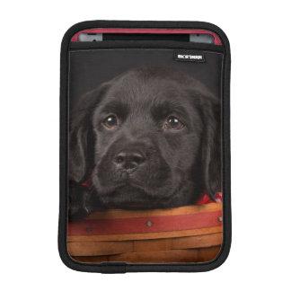 Housse Pour iPad Mini Chiot noir de labrador retriever dans un panier