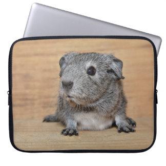 Housse Pour Ordinateur Portable Un cobaye gris mignon sur le bois de Brown