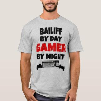 Huissier par le Gamer de jour par nuit T-shirt