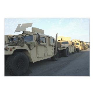 Humvees se reposent sur le pilier à la ville de impressions photographiques