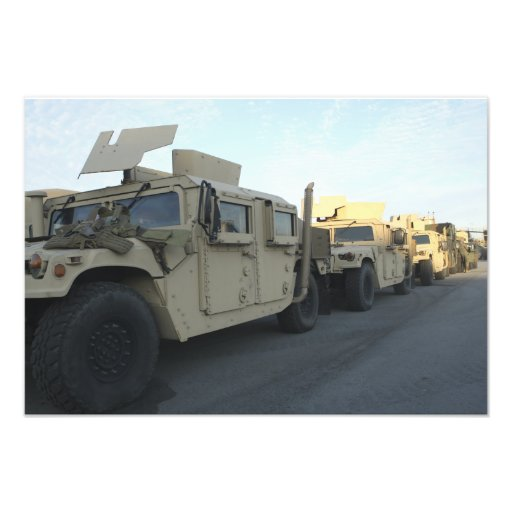 Humvees se reposent sur le pilier à la ville de Mo Photographe