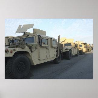 Humvees se reposent sur le pilier à la ville de poster