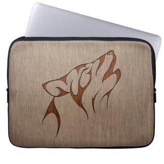 Hurlement de loup gravé sur la conception en bois housse ordinateur portable